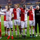 Los jugadores del Slavia celebran su clasificación ante el Genk (Foto: Reuters).