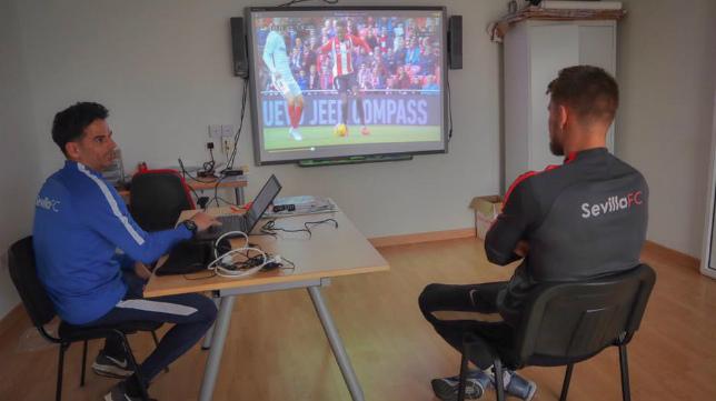 Vaclik (d), en una sesión de vídeo con el preparador de porteros del Sevilla José Luis Silva (Foto: www.tomasvaclik.com)
