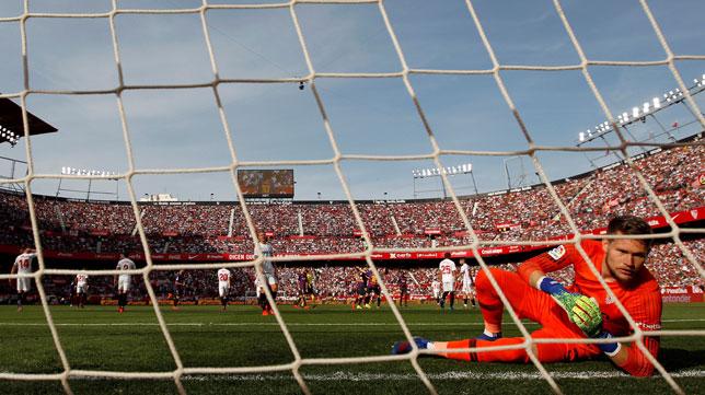 Vaclik, en el suelo tras encajar un gol en el Sevilla-Barcelona (EFE)