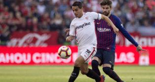 Ben Yedder controla con Piqué a su espalda en el Sevilla-Barcelona (Foto: Reuters).