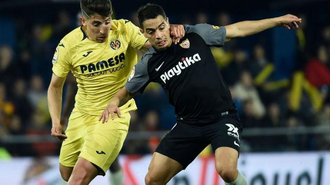 Ben Yedder es agarrado por Cáseres en el Villarreal-Sevilla (Foto: AFP)