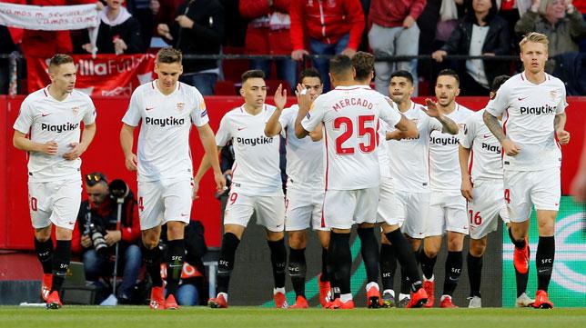 Los jugadores del Sevilla FC celebran el 1-0 ante el Slavia (AFP)