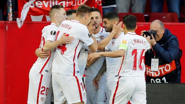 Los jugadores del Sevilla celebran el 1-0 al Slavia (AFP)