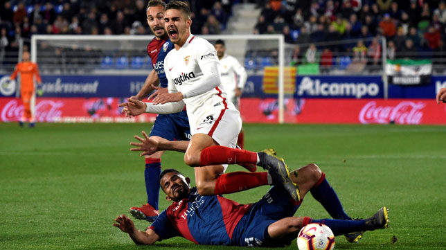 André Silva se queja de una falta en el Huesca-Sevilla (EFE)