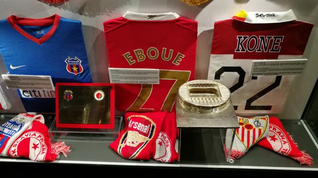 La camiseta del Sevilla de Koné, en las vitrinas del museo del Slavia