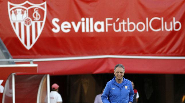 Joaquín Caparrós, en el entrenamiento del Sevilla (Foto: Manuel Gómez).