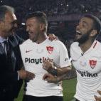 Caparrós, Antoñito y Daniel Alves, antes del Trofeo Antonio Puerta (Manu Gómez)
