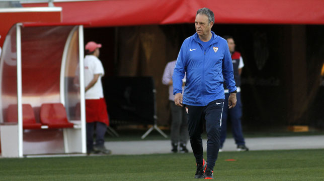 Caparrós, en el primer entrenamiento en el Sevilla FC tras la destitución de Machín (Manu Gómez)