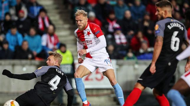 Carriço observa el remate de Van Buren en el Slavia-Sevilla (Foto: EFE)