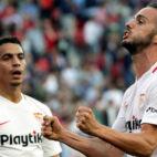 Sarabia celebra su gol frente a la Real Sociedad ante Ben Yedder (Foto: EFE).