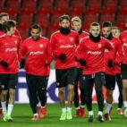 Los jugadores del Sevilla FC se ejercitan en el Eden Arena de Praga (EFE)
