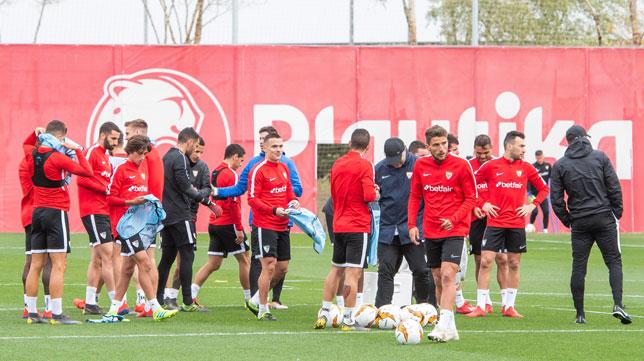 Entrenamiento del Sevilla previo al duelo ante el Slavia (EFE)