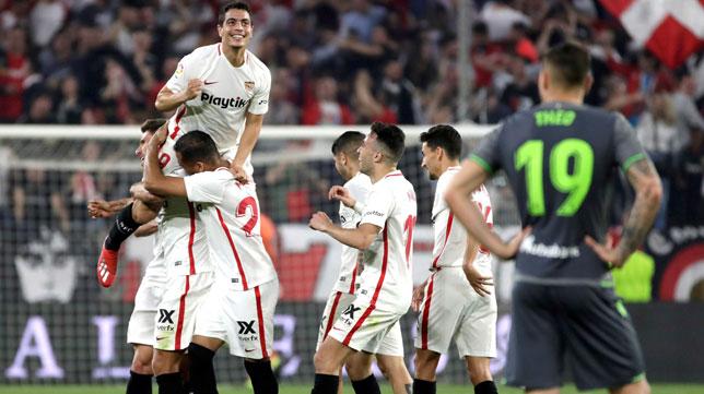 Jugadores del Sevilla aúpan a Ben Yedder