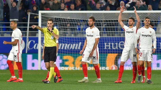 Los jugadores sevillistas, alicaídos tras encajar el 2-1 del Huesca (AFP)