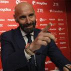 Monchi hace un gesto durante su rueda de prensa de presentación como nuevo director general deportivo del Sevilla (Foto: Manuel Gómez/ABC)
