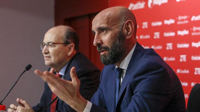 Monchi hace un gesto con su mano derecha durante su presentación (Foto: Manuel Gómez/ABC)