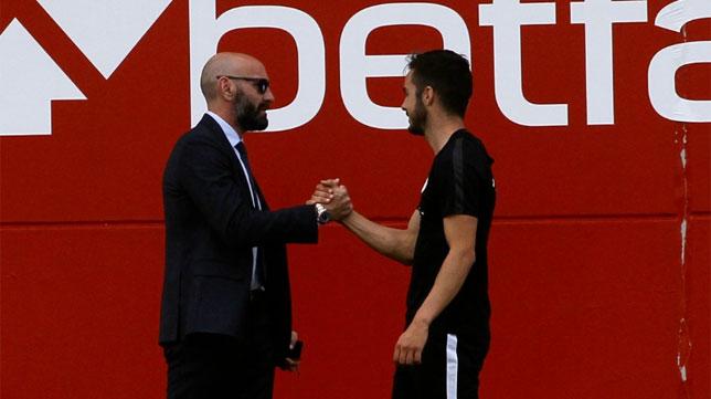 Monchi saluda a Sarabia en el entrenamiento de este martes (Foto: Manuel Gómez/ABC)