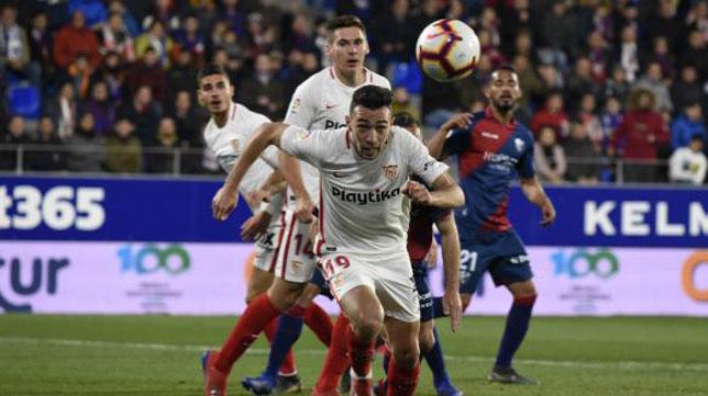 Munir arranca hacia un balón durante el Huesca-Sevilla (Foto: LaLiga).