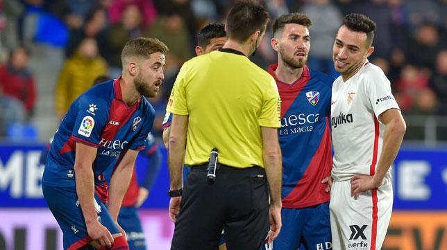 Munir protesta a De Burgos Bengoetxea mientras el árbitro chequeaba con el VAR la validez de su gol, que fue anulado (Foto: AFP).