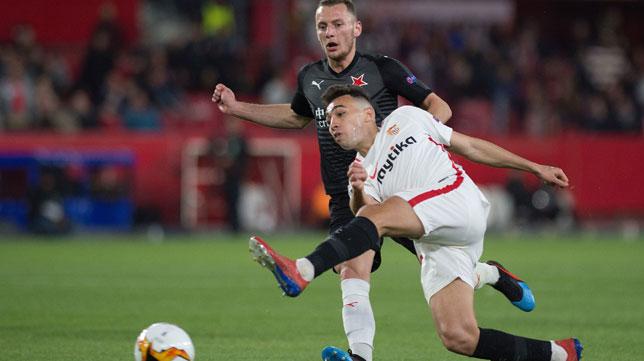 Munir trata de rematar ante Coufal durante el Sevilla-Slavia (Foto: AFP).