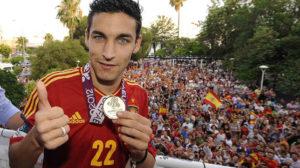 Jesús Navas posa con la medalla de campeón de la Eurocopa (Jesús Spínola)
