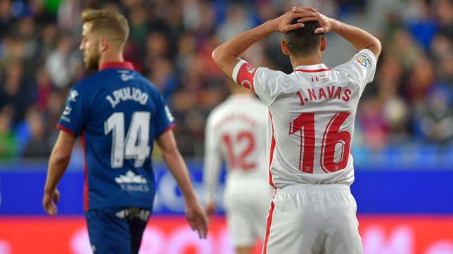 Jesús Navas se lamenta durante el Huesca-Sevilla (Foto: AFP).