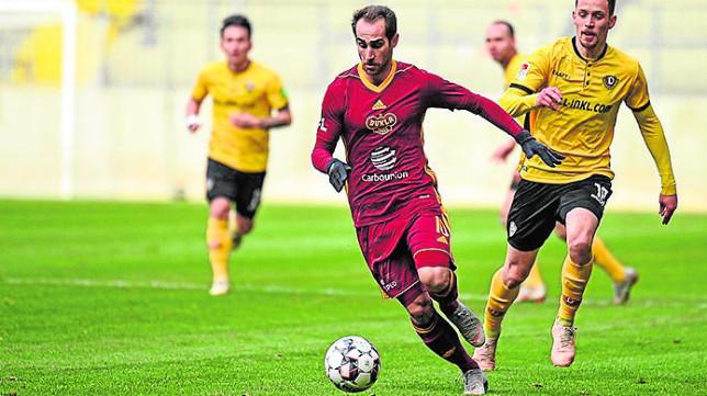 El andaluz Pablo González conduce el balón en un partido con el Dukla de Praga