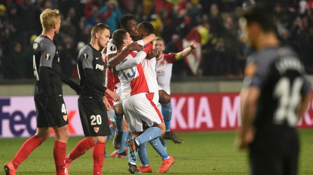 Rog, Kjaer y Jesús Navas ven como los jugadores del Slavia de Praga celebran la agónica victoria. Foto: UEFA