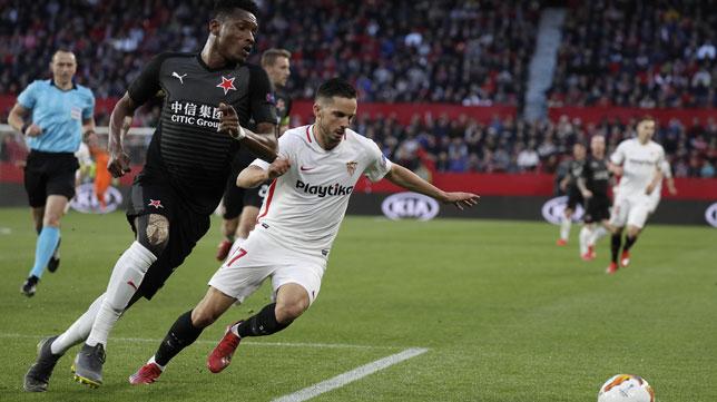 Sarabia pugna por el balón en el Sevilla-Slavia (J. M. Serrano)