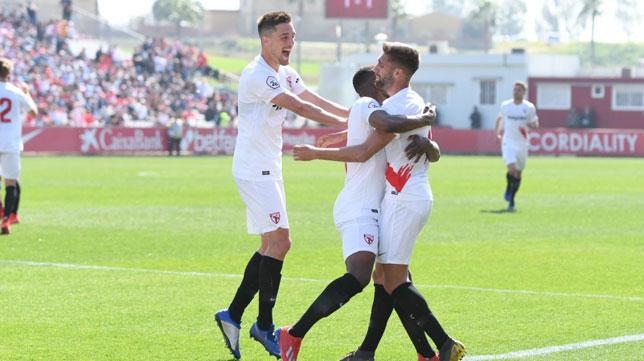 Los jugadores del Sevilla Atlético celebran su gol al Don Benito (SFC)