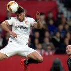 Sergi Gómez despeja un balón en el Sevilla-Slavia (Reuters)