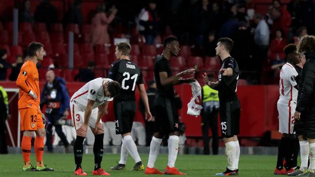 Los jugadores del Sevilla, cabizbajos tras el empate 2-2 frente al Slavia (Foto: J. M. Serrano)
