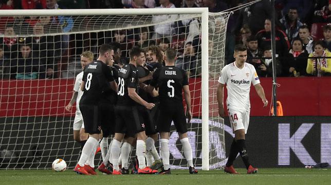 Los jugadores del Slavia celebran uno de los goles en su duelo ante el Sevilla (J. M. Serrano)