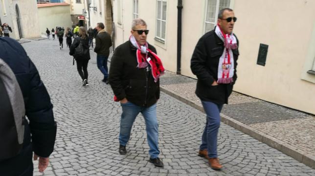 Algunos sevillistas se dejaron ver desde primera hora de este jueves en Praga