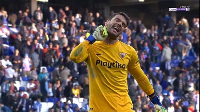 Juan Soriano se dirige a la grada de los aficionados del Espanyol, acción por la que fue expulsado (beIN Sports)