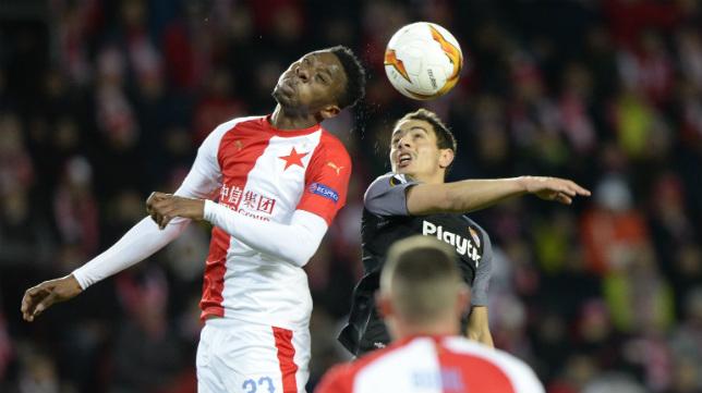 Traoré, del Slavia, salta con el sevillista Ben Yedder en el choque disputado en el Eden Arena
