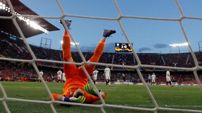 Vaclik, nada más recibir el primer gol del Slavia de Praga (Foto: EFE)