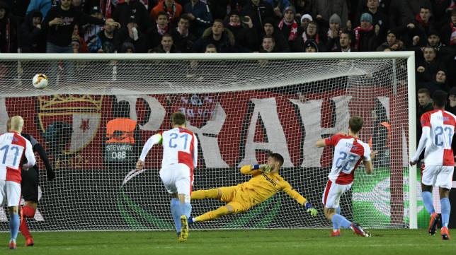 Soucek bate de penalti a Vaclik en el Slavia-Sevilla