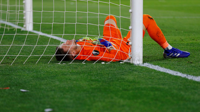 Vaclik, lesionado en el suelo durante el Sevilla-Slavia (Reuters)