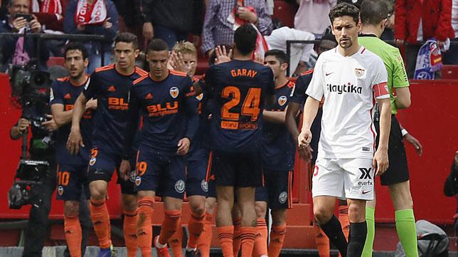Los jugadores del Valencia celebran el 0-1 de Parejo ante el Sevilla (Raúl Doblado)