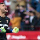 Juan Soriano celebra el primero de los goles del Sevilla (Foto: AFP)