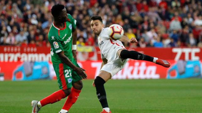 Munir intenta una volea ante Wakaso en el Sevilla-Alavés (Foto: J. M. Serrano).