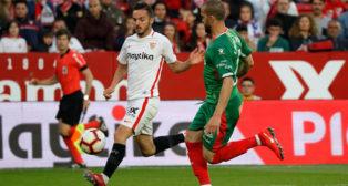 Sarabia progresa ante Laguardia en el Sevilla-Alavés (Foto: J. M. Serrano).