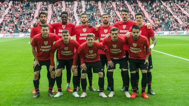 Los jugadores del Athletic posan con una camiseta de apoyo a Joaquín Caparrós (Athletic Club)