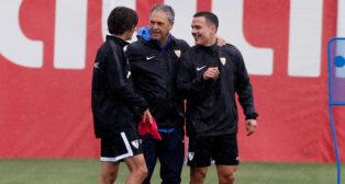 Joaquín Caparrós, con Bryan y Roque Mesa (Foto: MANU GÓMEZ)
