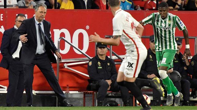 Caparrós sigue con atención un lance del Sevilla-Betis (EFE)