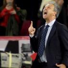 Caparrós celebra la victoria en el Sevilla-Betis (EFE)