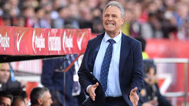 Caparrós se lamenta en un lance del Sevilla-Rayo (AFP)