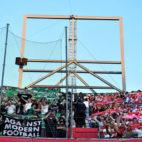 Las aficiones del Real Betis y del Sevilla animan en el último derbi (Foto: EFE)