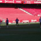 Momento del entrenamiento del Sevilla a puerta abierta en su estadio